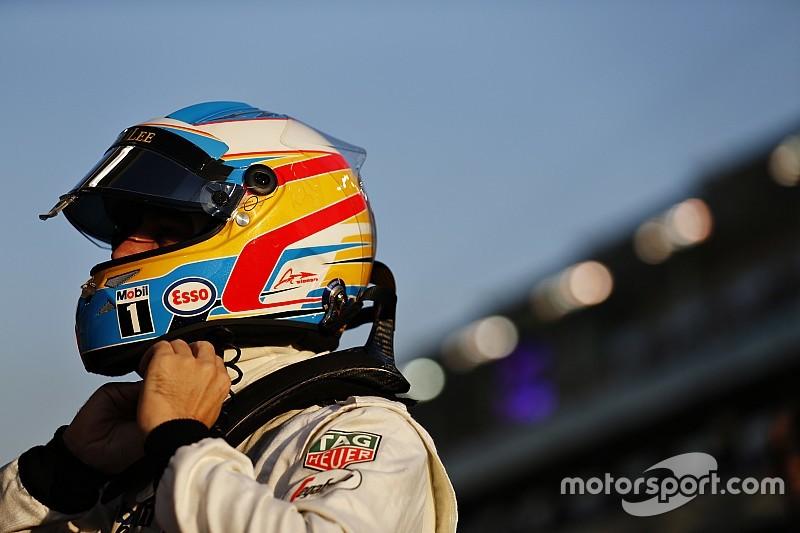 Alonso maneja en Japón una moto Honda y un McLaren de Senna
