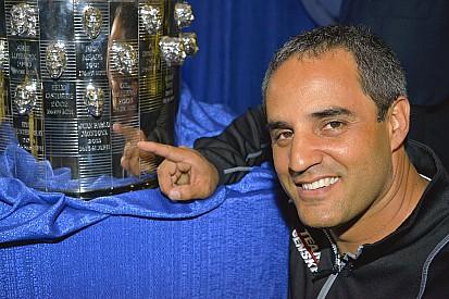 """Montoya reveló su segundo """"rostro"""" en el trofeo Borg-Warner Trophy"""