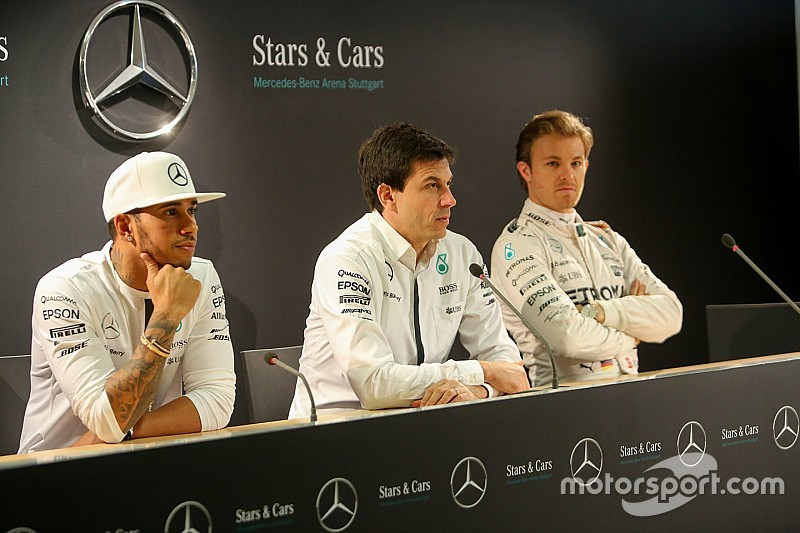 "Video: directivos de Mercedes ""derriban"" torre de Red Bull"