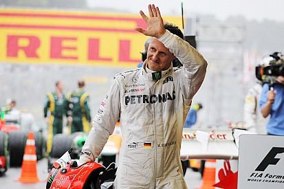 Revista diz que Schumacher voltou a andar; assessora nega