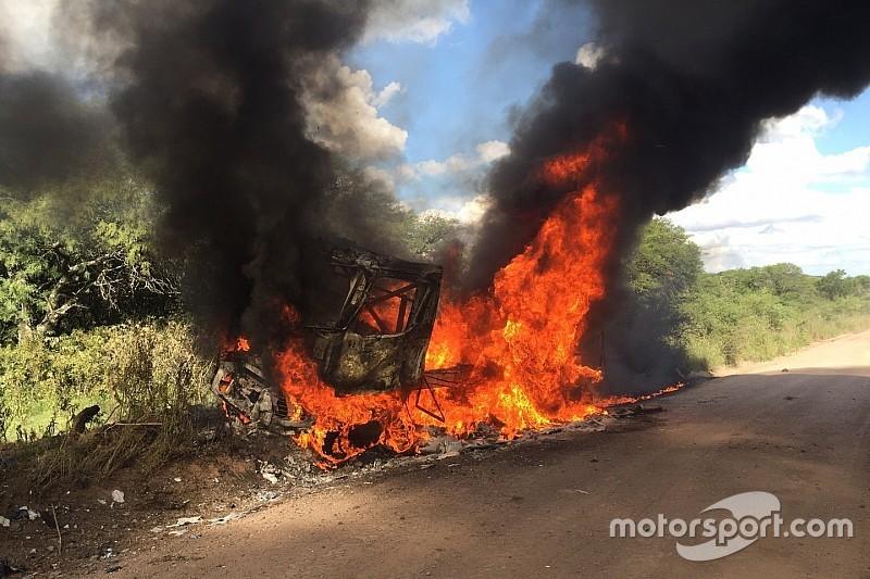 Spectaculaire abandon d'un camion Renault en flammes
