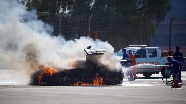 24 Ore di Dubai: va a fuoco la SLS di Assenheimer!