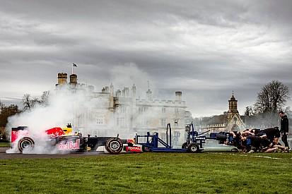 Carro da Red Bull mede força com time de rúgbi