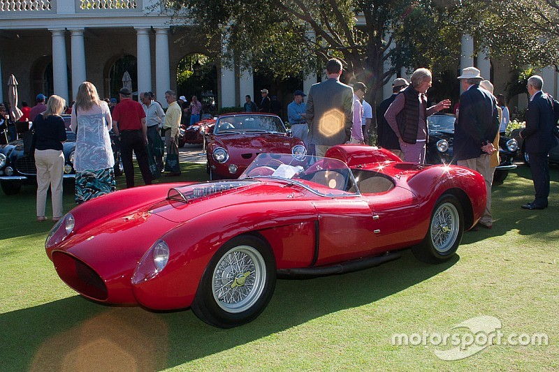 Ferrari de 1957 é leiloada por R$ 140 milhões na França