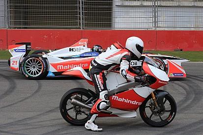 Mahindra faz show com carro da F-E e moto da Moto3 na Índia