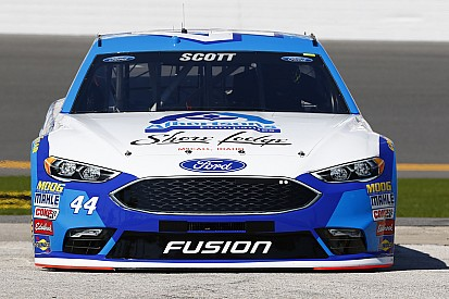 Un accidente múltiple en la práctica nocturna de NASCAR
