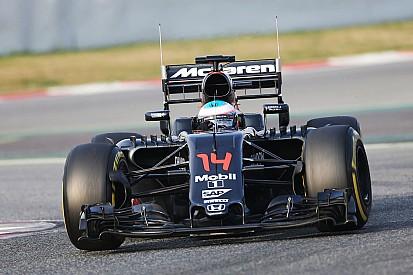 Alonso enfrenta problemas e não completa voltas pela manhã