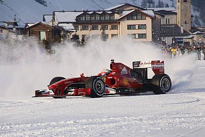 Ferrari faz exibição com carro de F1 na neve