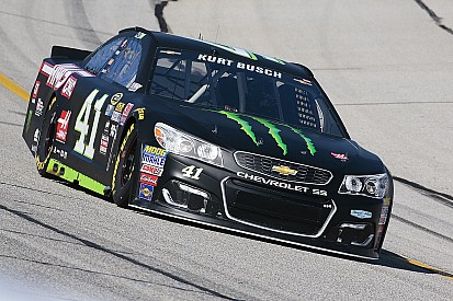 Kurt Busch pakt pole-position in Atlanta na diskwalificatie broer Kyle