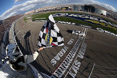 Las Vegas: Brad Keselowski bezwingt Kyle Busch und Wetterchaos
