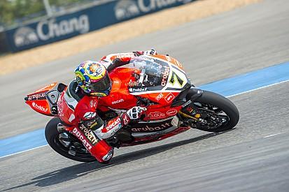 Chaz Davies lleva la Ducati a los pies del podio en la Carrera 1 en Buriram