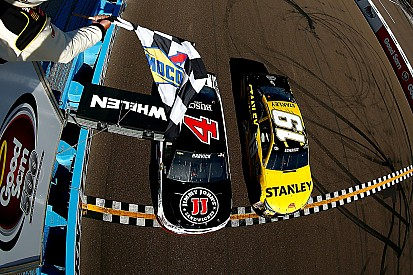 Harvick wint na spectaculaire close finish in NASCAR