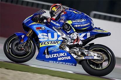 Rossi observe Viñales de près et le félicite