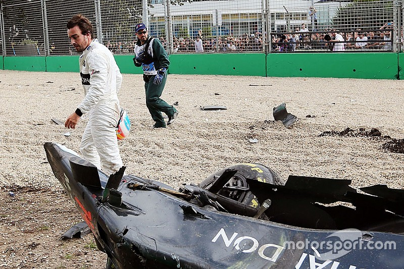 """Button - Une F1 """"devient un missile"""" sur un contact des pneus"""