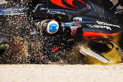 Photos - Le terrible crash d'Alonso à Melbourne