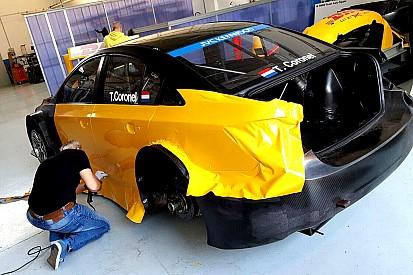 Topshots - Zo krijgt de WTCC-wagen van Tom Coronel kleur