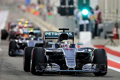 Waarschuwing voor Hamilton voor achteruit rijden in pits