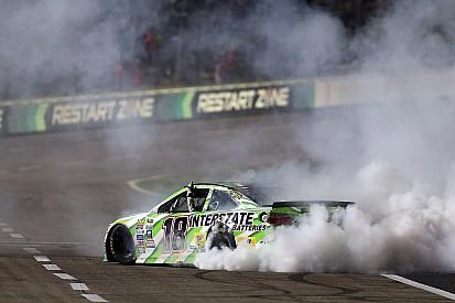 NASCAR: Kyle Busch wint opnieuw, crash met 13 deelnemers (video)
