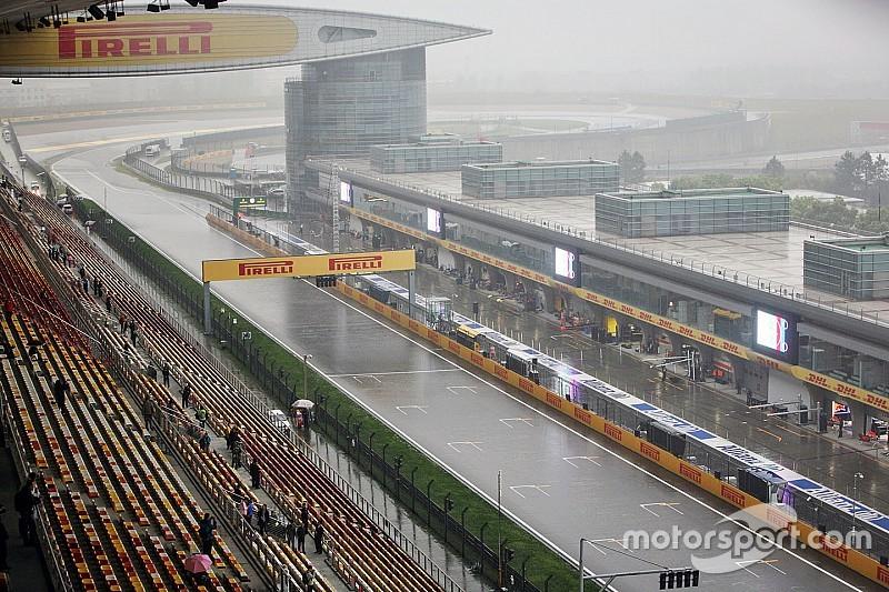 Vettel snelste in natte derde training in China, Verstappen negende