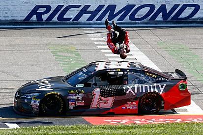 Carl Edwards tikt leider Busch aan en pakt zo zege in Richmond
