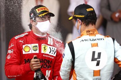 Sainz dreht Spieß um: Ferrari-Pilot setzt in Baku auf McLaren und Norris
