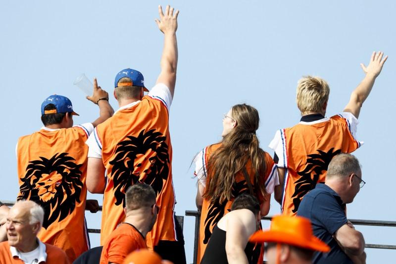 Hamilton-Fan bucht Flugzeug für Supportbotschaft in Zandvoort
