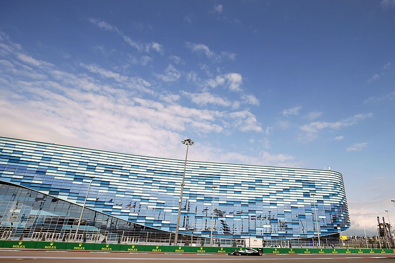 Hamilton sluit trainingen in Rusland af als snelste, Verstappen zevende