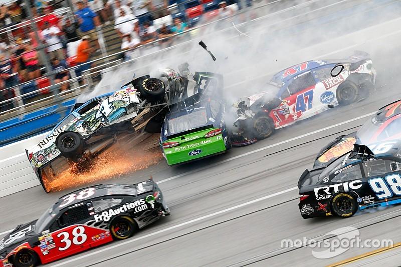 Video's: Meerdere auto's vliegen door de lucht bij NASCAR op Talladega