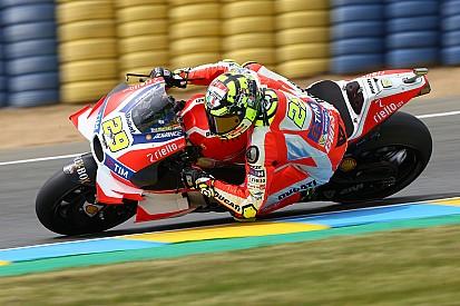 Iannone le quita el tiempo a Lorenzo a su rueda; Rossi coge aire