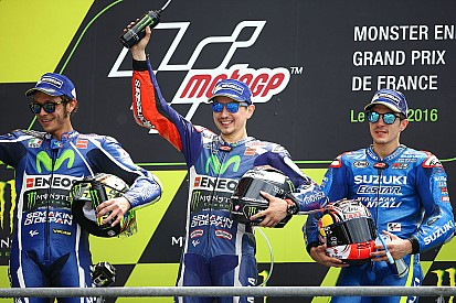 Lorenzo pakt WK-leiding met zege in Franse GP vol crashes