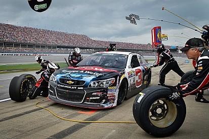 Les équipiers souvent blessés durant les pit stops en NASCAR