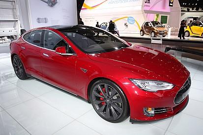 Bizar: Tesla Model S rijdt vanzelf weg en crasht zonder bestuurder