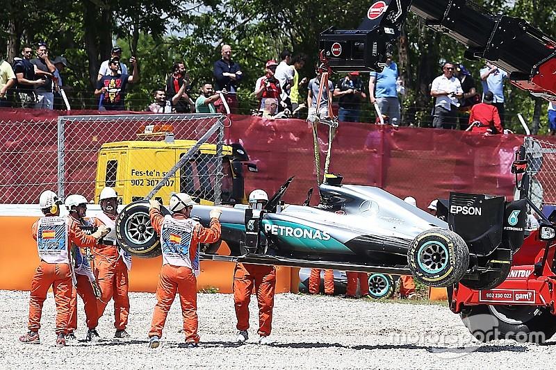 Verstappen ligt tweede na crash Mercedes-coureurs