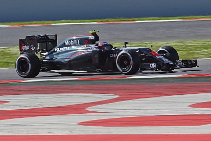 Button lidera la primera mañana de test post-gp en Barcelona