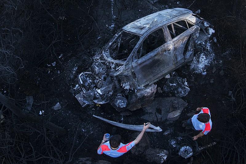Após caírem de encosta, carros pegam fogo em Portugal