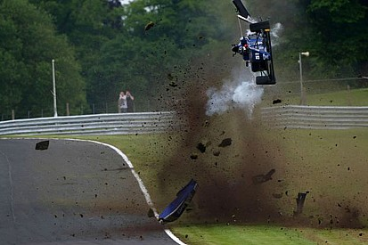 Piloto indiano sai ileso de capotagem na F3 Britânica