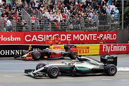 Hamilton aprovecha el regalo de Red Bull y gana, con Alonso 5º