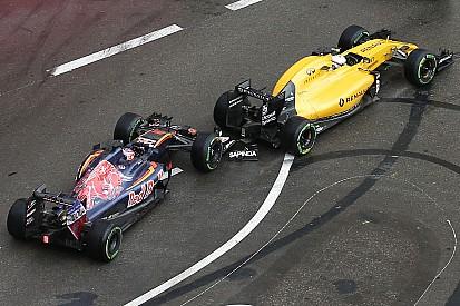 """Magnussen boos na crash: """"Kvyat verloor zijn verstand"""""""