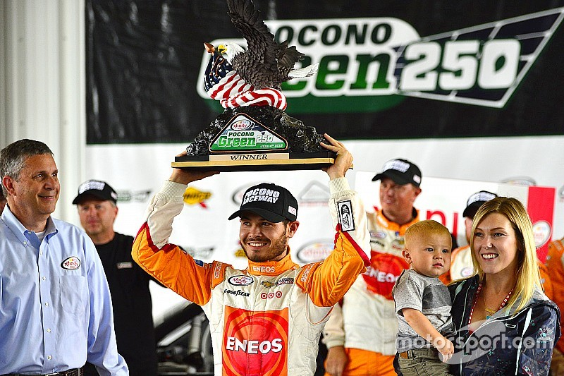 Larson vence em prova encurtada pela chuva