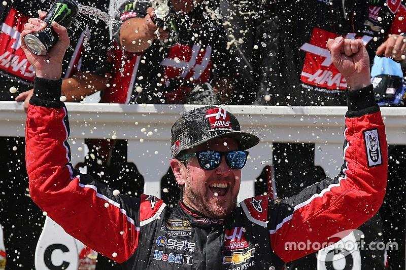 Kurt Busch wint in Pocono, Stewart en Patrick crashen