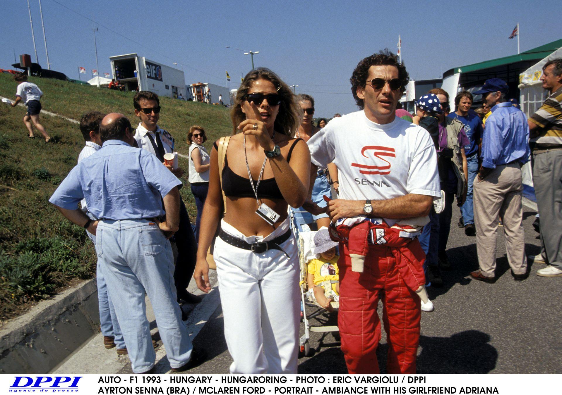 Egy felejthetetlen pillanat az első Magyar Nagydíjon: Senna interjút ad a magyar tévének a rajtrácson