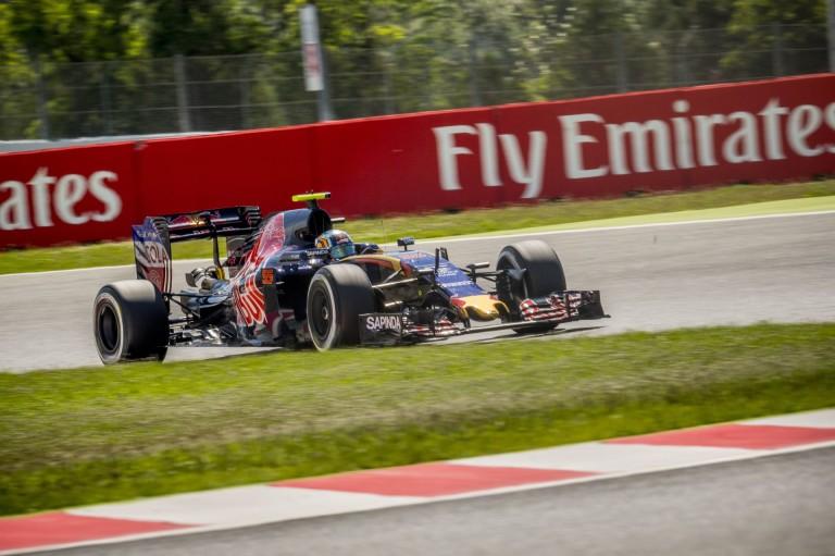 Sainz és Kvyat sem tehet mást, mint gratulált Verstappennek