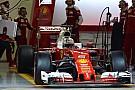 BRÉKING: elfüstölt Vettel alatt a Ferrari, már a start előtt!