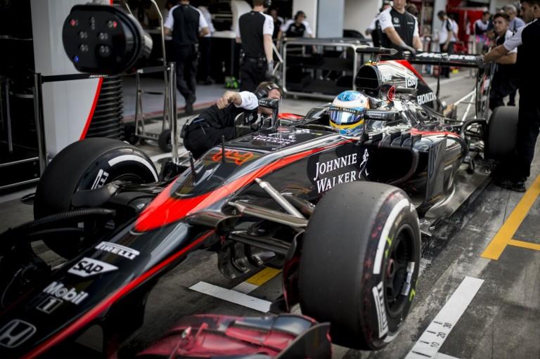 Alonso visszaveheti a helyét a McLarennél Kínában, zöld utat kapott, de nem biztos a rajthoz állása - hivatalos