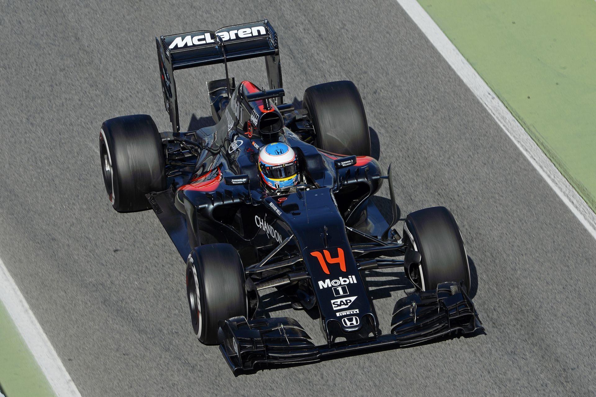 Alonso egészen elképesztő balesetet szenvedett Ausztráliában: felismerhetetlenre tört a McLaren!