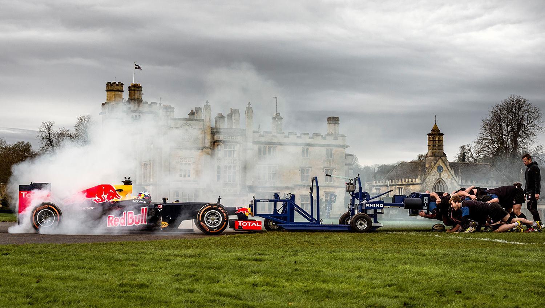 Ez ÓRIÁSI: F1-es autóval a rögbi játékosok ellen