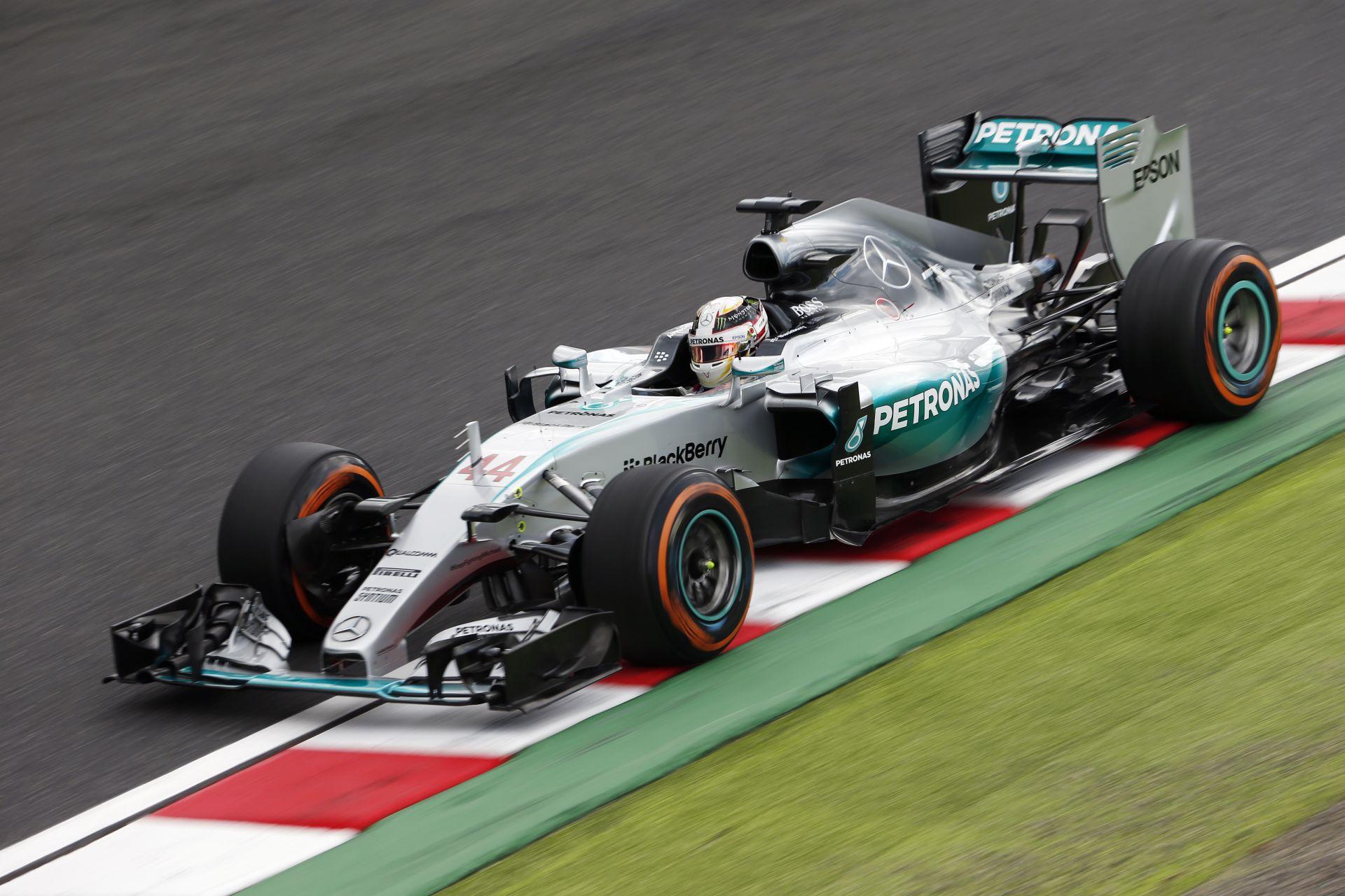 A Mercedes videója, ahogy elhúz a W07 Hibrid a bokszutcánál