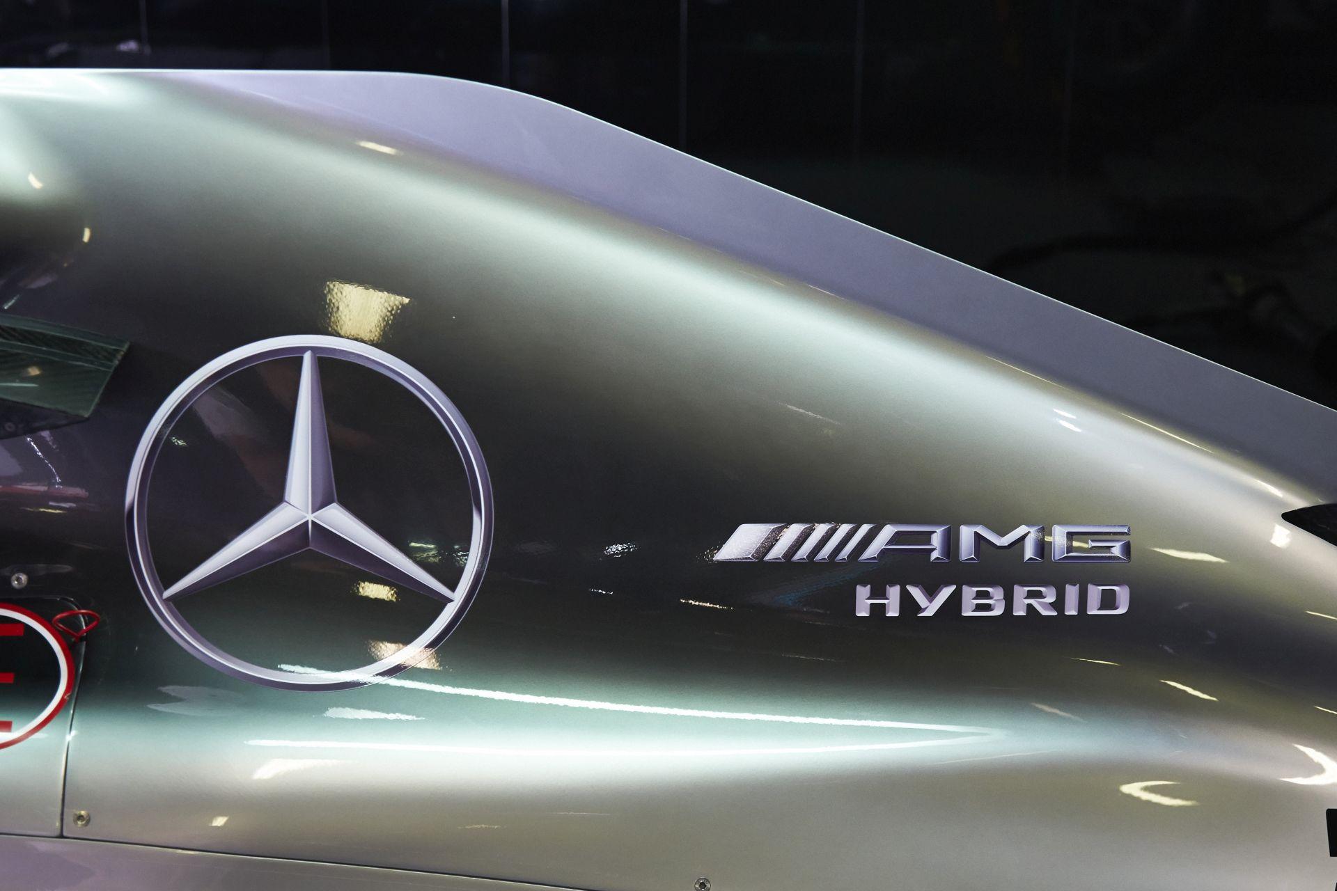 Kigurult a garázs elé Hamilton és Rosberg új F1-es gépe, a W07 Hibrid