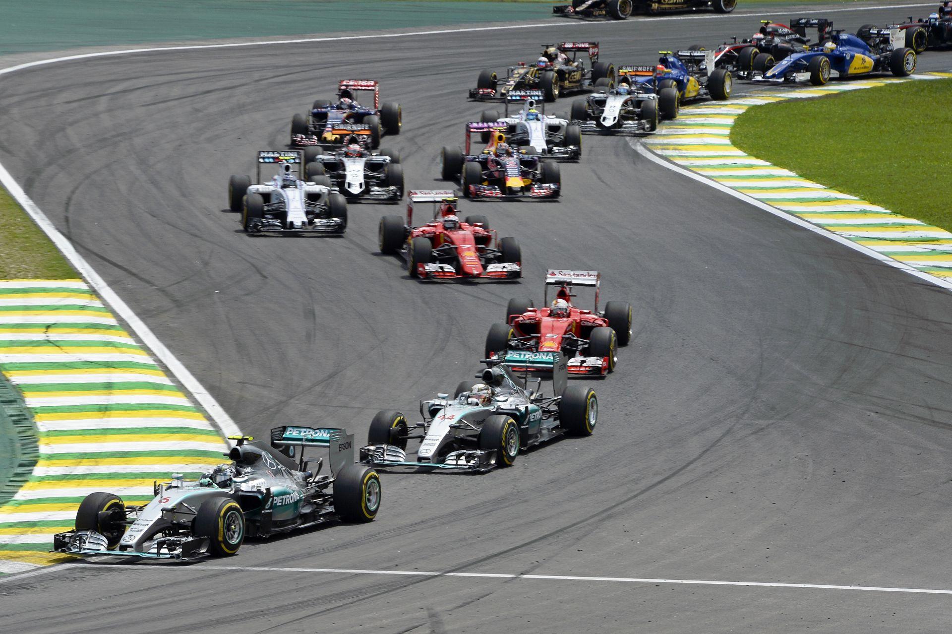 Vettel szerint egyszerű lenne javítani az F1-en, de sajnos a nagyfőnökök döntenek, mondja Hamilton