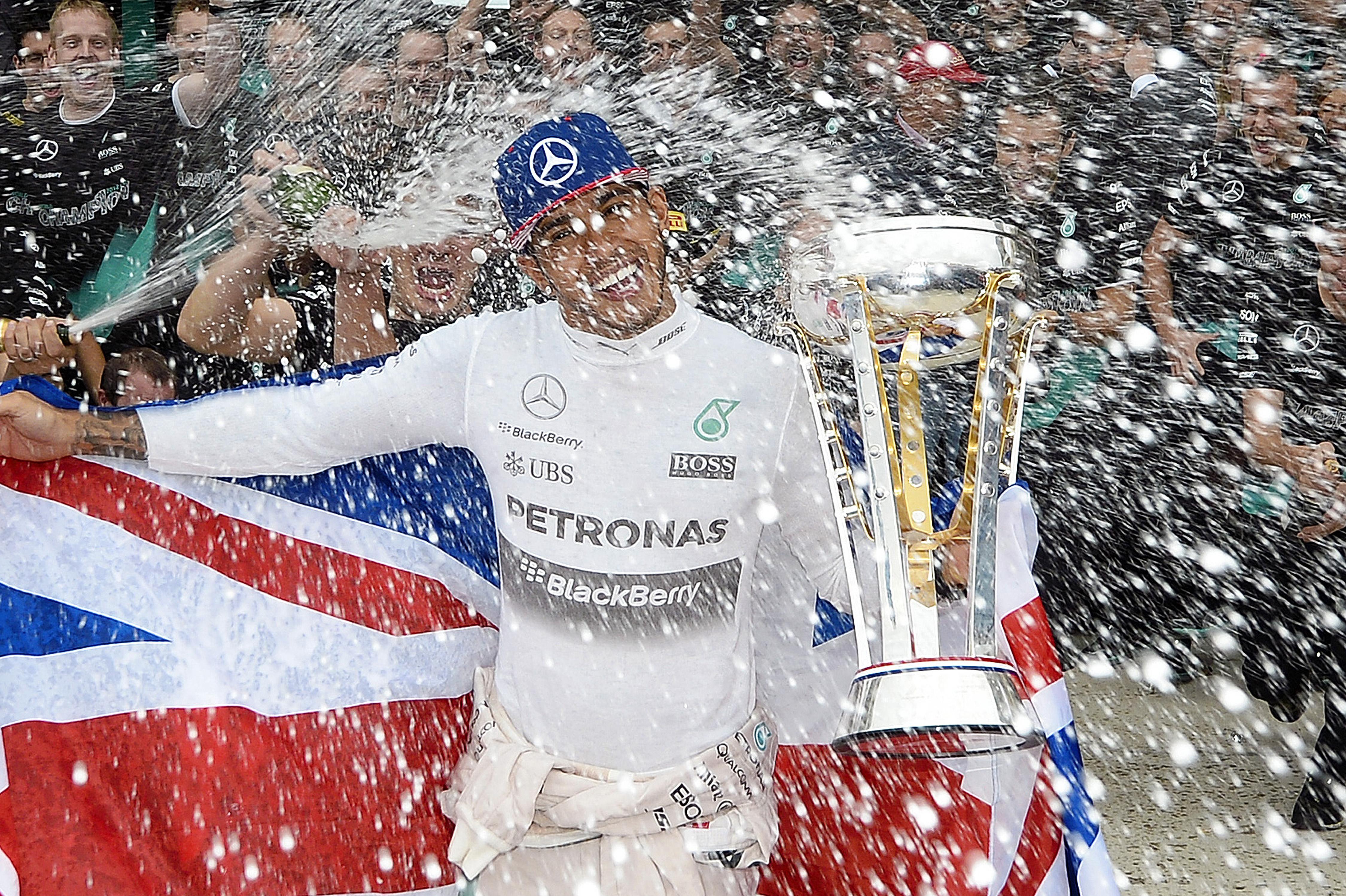 Képgaléria, ahogy a Mercedes szétrobban az örömtől Hamilton bajnoki címvédése miatt